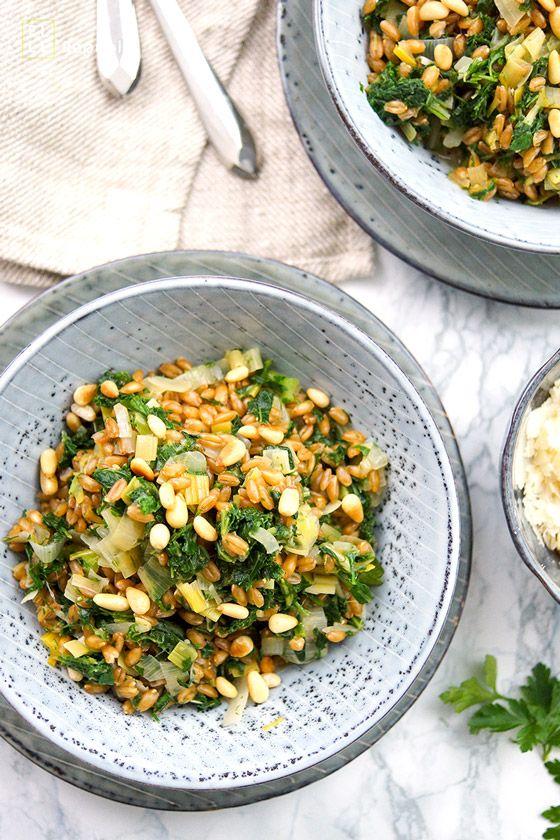 Dinkel-Risotto mit Lauch und Grünkohl. Dieses herbstliche Dinkel-Risotto hat einen wunderbar nussigen Geschmack. Das Rezept für Dinkel-Risotto mit Lauch und Grünkohl ist einfach zu machen und auch für Vegetarier zu empfehlen. Ich rate zu Dinkel schnellkochend, wenn unter der Woche wenig Zeit zum Kochen vorhanden ist. Und wer den Käse weglässt bekommt ein Gericht, das auch vegan ist.