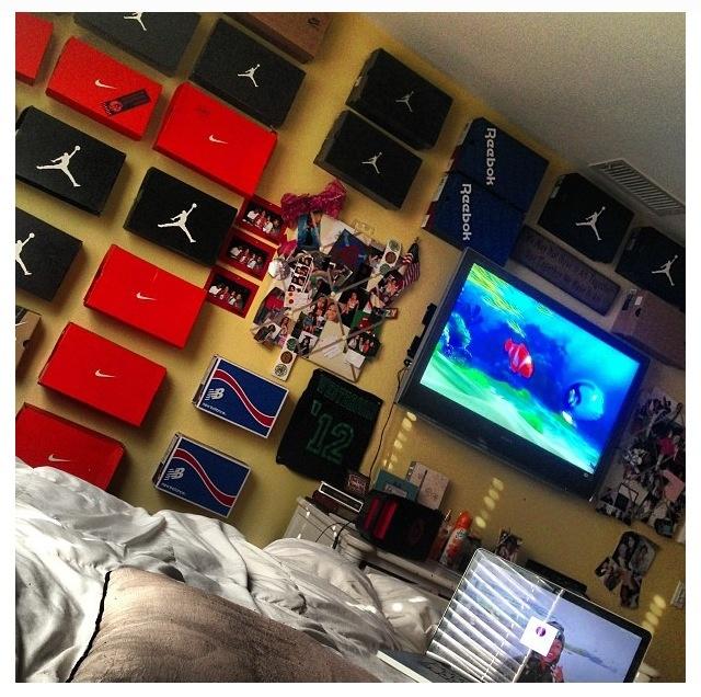 17 best images about hubby 39 s sneaker room on pinterest for Jordan bedroom ideas
