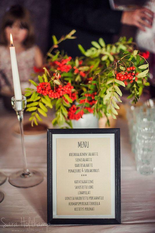 SImppeli ja kaunis syyshäiden hääpöydän kattaus. Sinä päivänä -blogi Kuva Sara Holtkamp