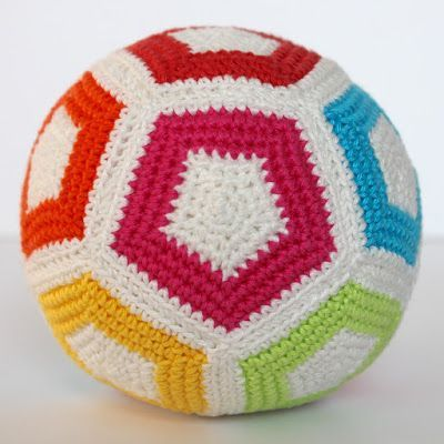 Voor de eerste verjaardag van een nichtje heb ik deze vrolijke bal gemaakt. Je kunt een bal maken met zeshoeken en vijfhoeken (zoals je vaak zie met Afrikaanse bloemen), maar het kan ook met alleen vi