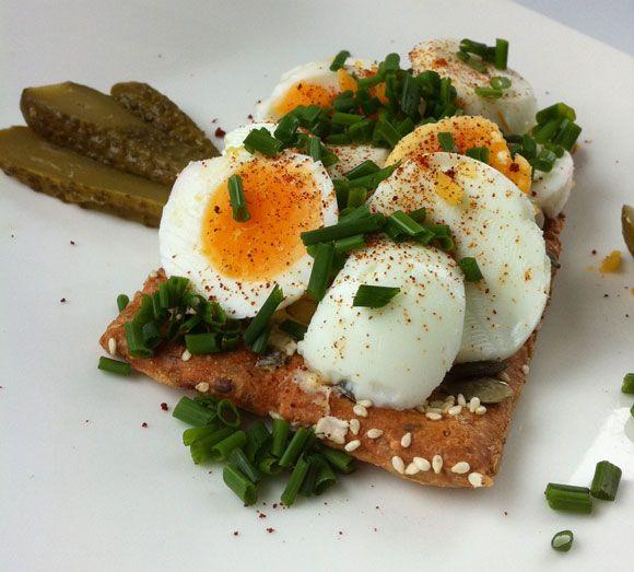 Eier und Gurke auf schmackhaftes Low Carb Brot - schnell und einfach zubereitet