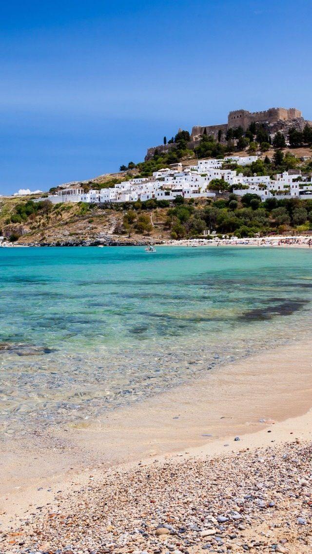 Strand bij Lindos. Lindos moet je zeker bezoeken als je op Rhodos bent.