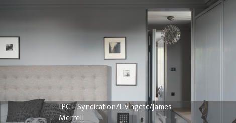 Wenn neutrale Grautöne auf ein ausladenes Betthaupt treffen ergibt das ein stylisches Schlafzimmer. Dekokissen und der gemusterte Teppich peppen den Look auf. In dieser ruhigen Atmosphäre lässt sich nach einem anstregenden Tag perfekt entspannen.