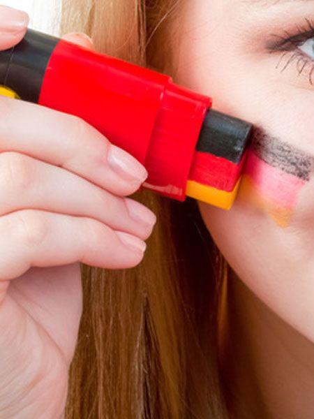 Achtung, Rückruf: Wer sich zur WM 2014 mit Hilfe der beliebten Schminkstifte die Deutschland-Flagge aufgemalt hat, sollte jetzt die