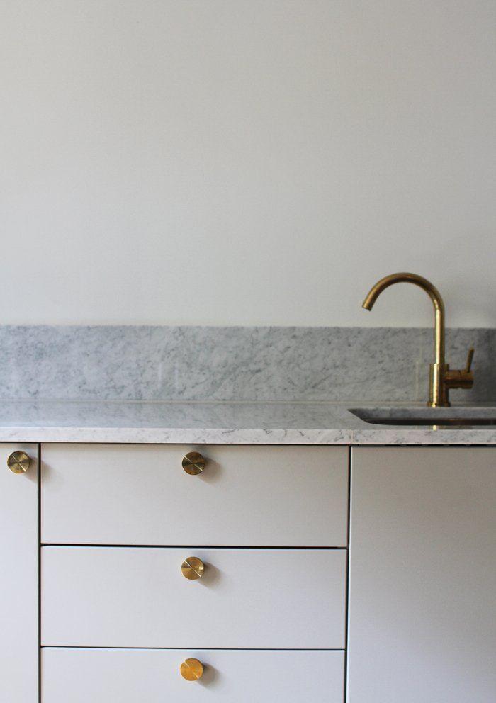 Kjøkkenet er Metod fra Ikea. Spraylakkerte dører i fargen Antikk grå. Benkeplate og sprutelist i marmor fra Diapol.no. Messingknotter fra Superfront og messingkran fra Tapwell