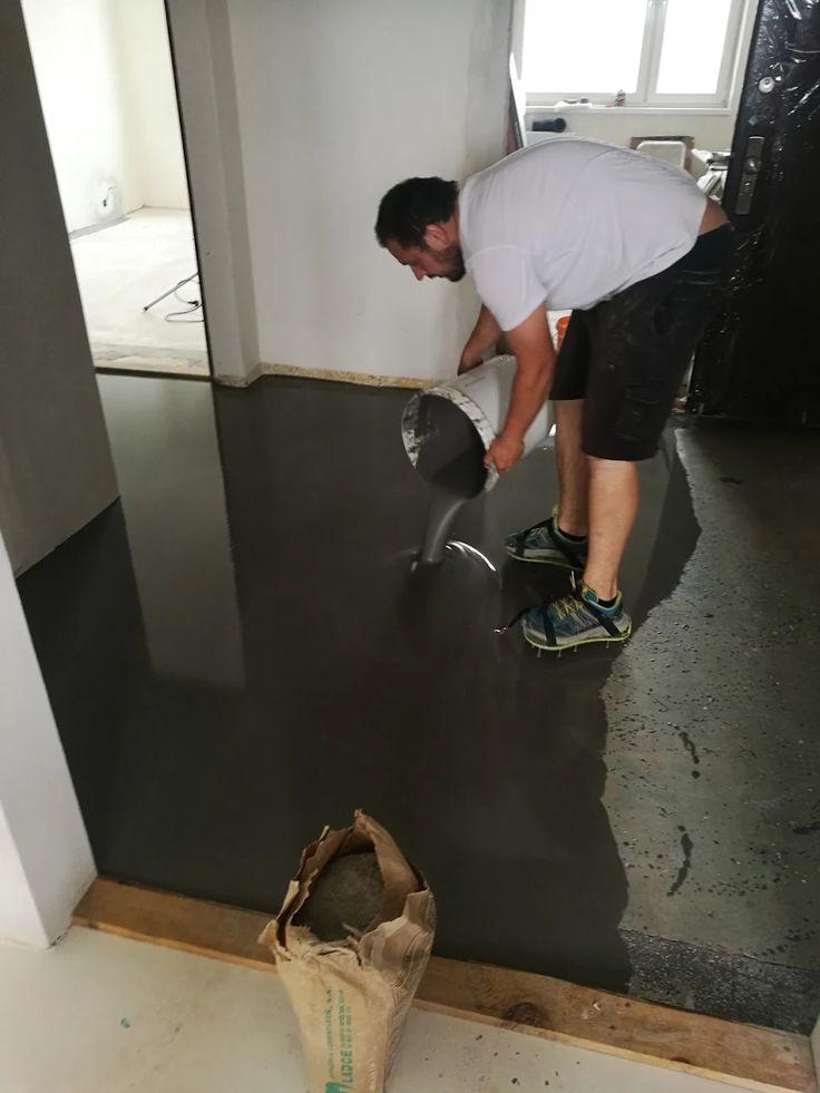 Zhotovenie liatej podlahy - vylievanie nivelizačnej hmoty.  #art4you #artpodlahy #liatepodlahy