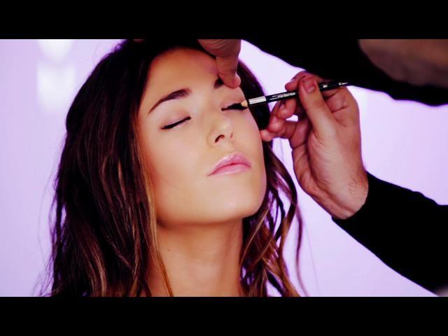 Seguimos descubriendo secretos del mundo de la belleza. Hoy en el blog Lección de maquillaje, los chicos de Art Lab nos enseñan cómo podemos conseguir un ojo ahumado pero con un plus: metálico. ¿Por qué metálico? Es una de las tendencias del momento y una vez que domines la técnica... ¡no te querrás desmaquillar! No te pierdas el vídeo y aprende a lucir como una auténtica celebrity.