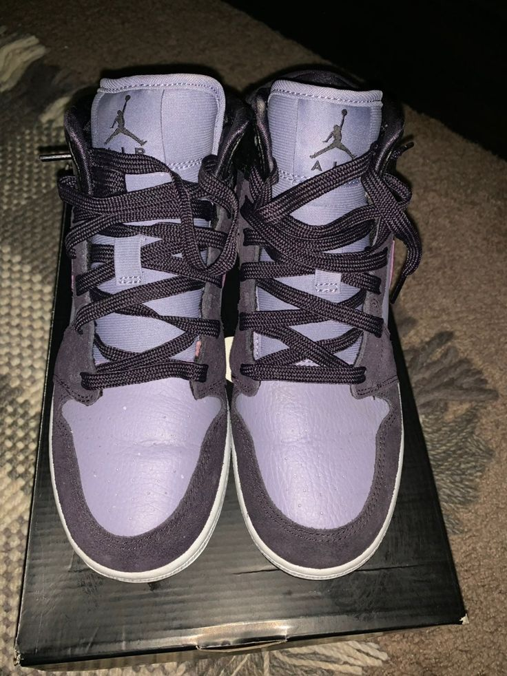 ALMOST NEW AIR JORDAN 1 SIZE GS 5.5 OR WOMENS SIZE 7