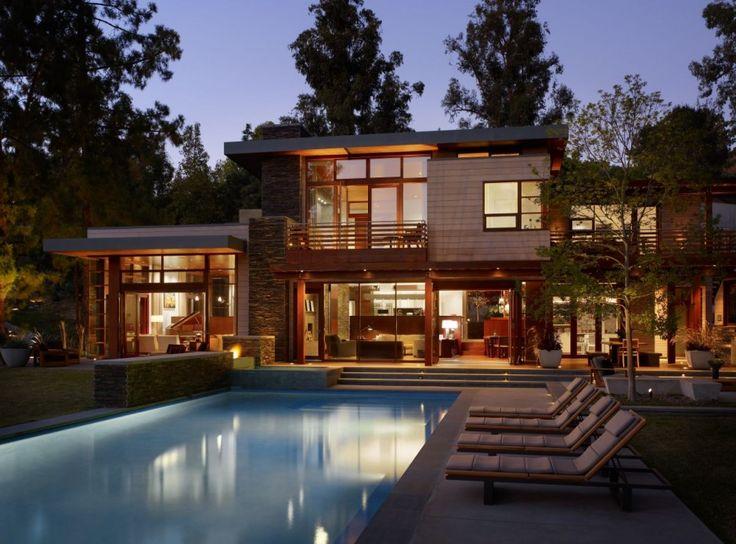 Casa em madeira, vidro e parede de concreto aparente