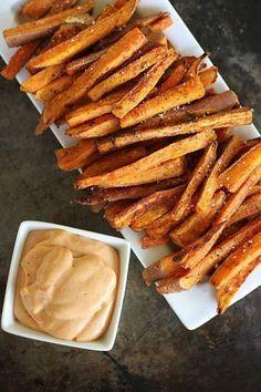 Sweet Potato Fries Boodschappenlijstje: 3 - 4 zoete aardappelen 1 tl komijn 1 tl paprikapoeder Olijfolie Zout Aan de slag! Was de zoete aardappels en snijd oneffenheden weg. Je kunt ze schillen, maar met schil zijn ze nog lekkerder. Snijd de aardappels in plakken en vervolgens in repen. Leg de reepjes aardappel in een kom en voeg olijfolie, komijn en paprikapoeder toe en hussel door elkaar. Verdeel de frietjes over een bakplaat met bakpapier en bak ze in 25 tot 30 minuten goudbruin.