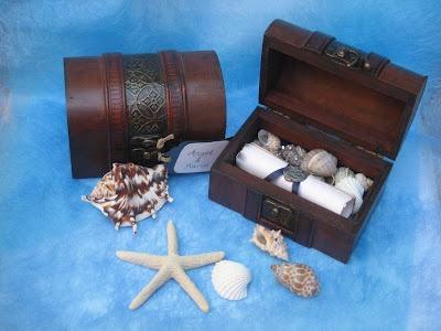 Invitaciones en cofres con estrellas de mar y caracolas.