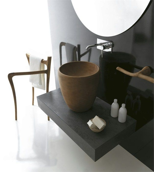 reforma baño con accesorios y lavabo de madera sobre encimera color carbón, pared de color negro y suelo resina epoxi.