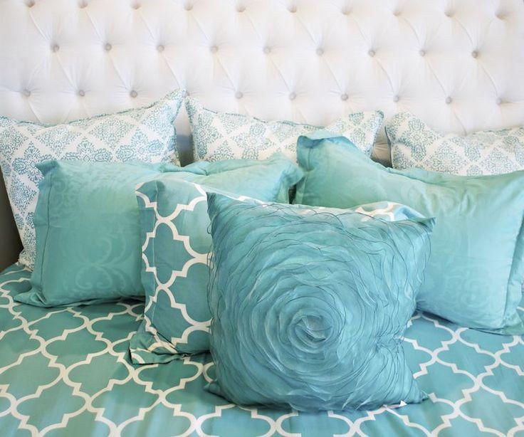 Párnákkal teli ágy