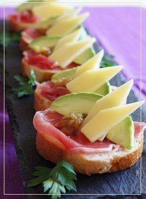 コンテチーズとアボカドのブルスケッタ