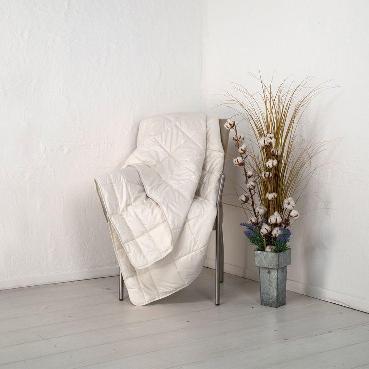"""Ultraleicht-Bettdecke """"Linaro"""" hat einen angenehm kühlenden Effekt - perfekt für warme Sommernächte. Die Kombination aus Leinen und reiner Bio-Baumwolle in kbA-Qualität macht dieses Naturprodukt zu einem hochwertigen Schlafgenuss."""
