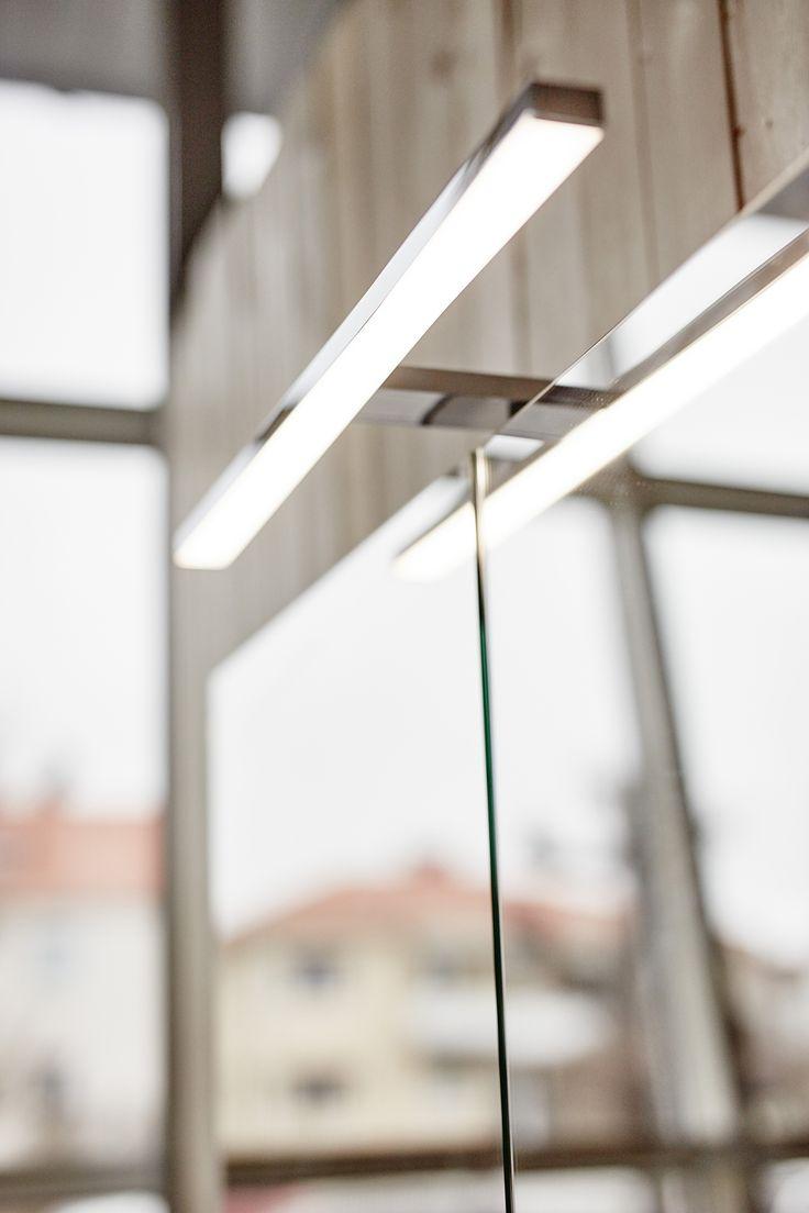 Vore TIllval: LED belysning som enkelt monteras på spegelskåpstoppen.