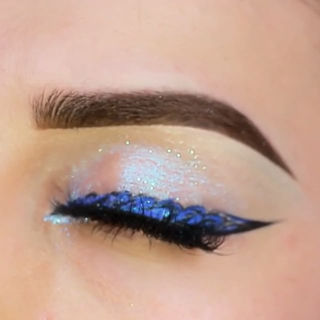 А вы знали , что сейчас в тренде кружевные стрелки 🤔? Пигмент от @beautymineral_makeup #galaxy stars vbg 😍😍😍, правда обалденный ❤️?💋 ------------------ Good night babes 😘, mermaid eyes look 🐬🌊, what do you think ? 💋 . 📌 brushes (кисти) @manlyprocosmetics and Mac 210 . 📌pigment @beautymineral_makeup . 📌 @limecrimemakeup liner . 📌lashes @sweetheartlashes . . #makeup #makegirlz #mmake#wakeupandmakeup #slave2beauty #makeupslaves #1minutemakeup #hudabeauty #vegas_nay #brian_champagne…