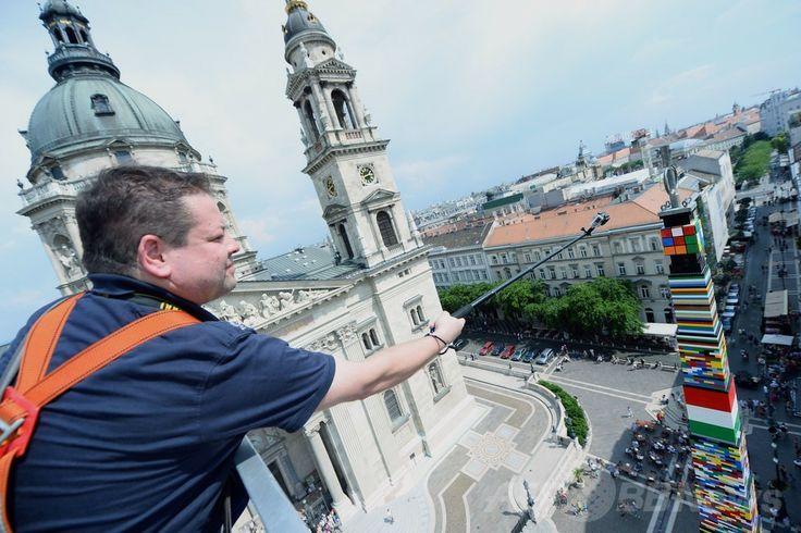 ハンガリー首都ブダペスト(Budapest)にある聖イシュトバーン大聖堂(Saint Stephen's Basilica)前の広場に出現した、デンマーク玩具大手レゴ(Lego)のブロックを用いた高さ34.76メートルの「レゴタワー」の頂点に置かれたルービックキューブ。ルービックキューブはハンガリーの発明家ルビク・エルネー(Erno Rubik)が世に送り出した(2014年5月25日撮影)。(c)AFP/ATTILA ▼26May2014AFP|天まで届け、レゴタワーで世界記録更新 ハンガリー http://www.afpbb.com/articles/-/3015871 #Budapest #Saint_Stephens_Basilica #Lego_Tower #Rubiks_Cube