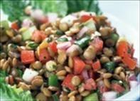 Salada árabe de lentilha e feijão branco com pimentões vermelhos e amarelos.
