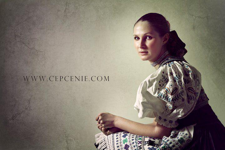 Ženský kroj, Ábelová, photo Julián Veverica