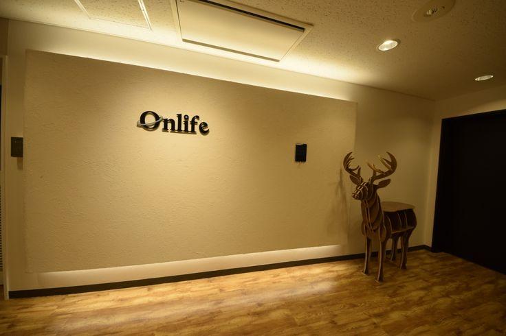 家のようにくつろげるリフレッシュスペースと、ナチュラルな木目に彩られた空間 |オフィスデザイン事例|デザイナーズオフィスのヴィス