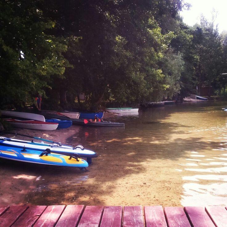 Wakacyjna rozrywka kajak i jezioro