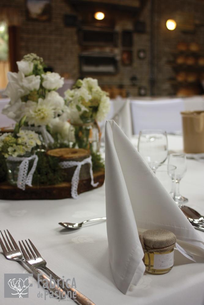Dekoracja stołu, winietka oraz podziękowanie dla Gości w postaci miodku