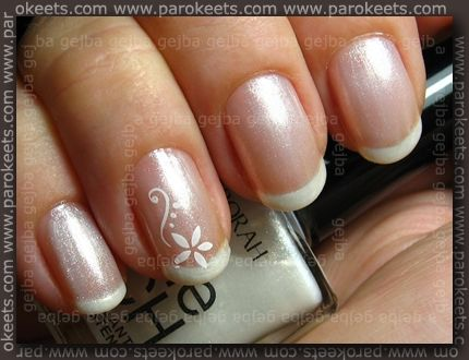 Wouldn't mind having my nails done like this on the day of the wedding! :)