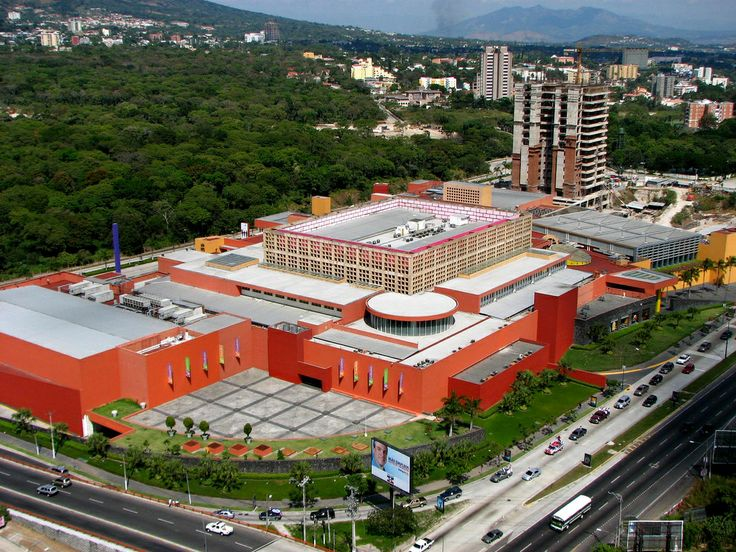 Es un complejo comercial ubicado en la ciudad de Antiguo Cuscatlan en El Salvador. Claramente se pueden observar dos de los elementos arquitectónicos más característicos de Legorreta: el uso del prisma cuadrangular como módulo y los colores terracotas en fachadas.