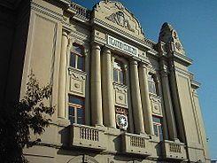 Teatro Cerezo  En 1927 el Ayuntamiento remodeló la plaza del Arrabal y la alameda de Alfonso XIII. El Ayuntamiento expropió un solar de 1600 metros cuadrados. A un vecino llamado Bernardo Enrique Cerezo, de origen cordobés, le tocó un millón de pesetas en la Lotería Nacional en 1928  y solicitó la cesión de este terreno para construir un teatro. Esta cesión se realizó en 1931