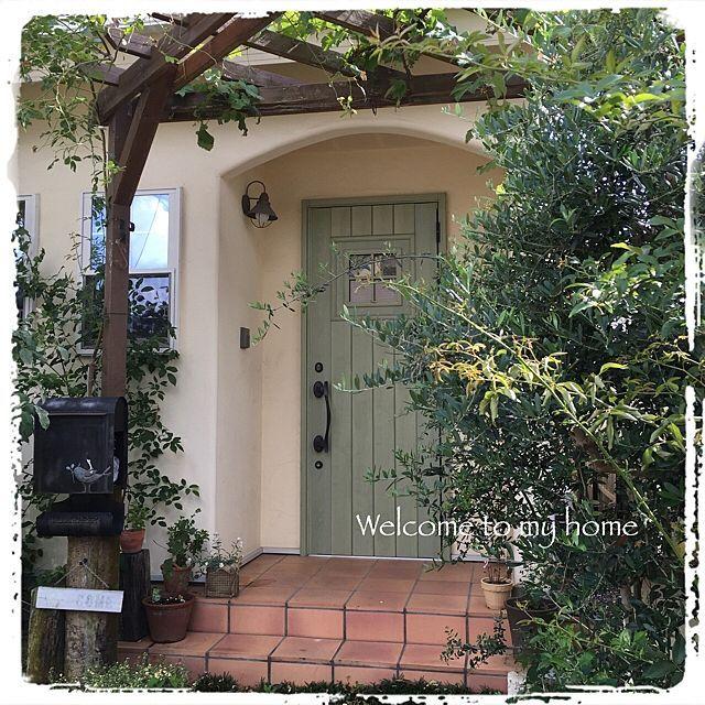 女性で、のパーゴラ/枕木/アイアン/ガーデニング/多肉植物/ナチュラル…などについてのインテリア実例を紹介。「我が家の玄関… Welcme❣️」(この写真は 2016-09-14 10:13:06 に共有されました)