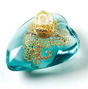 L de Lolita Lempicka :  An oriental floral fragrance for untamed precious free & elusive women in memory of skin touched by sun & waves leaving a salty taste on lips scent opens with bitter orange cinnamon comes the heart of immortal flower vanilla dry down unveils solar trail precious woods musk