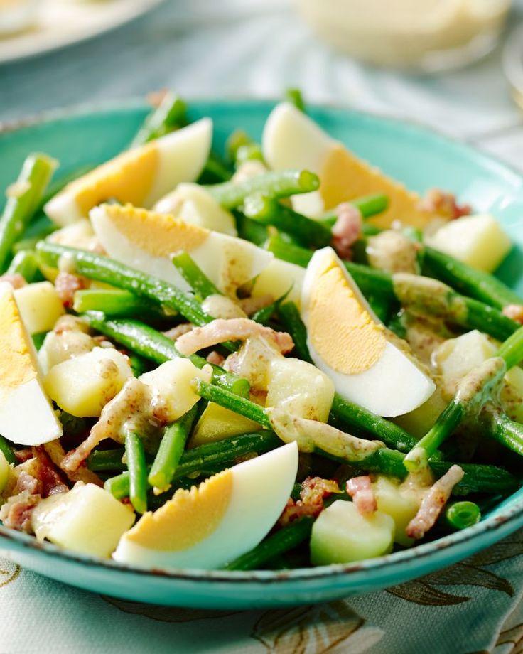 Een salade om trots op te zijn, onze Luikse salade met knapperige boontjes, eitjes, spekjes, krieltjes en zijn heerlijke pittige dressing. Genieten!