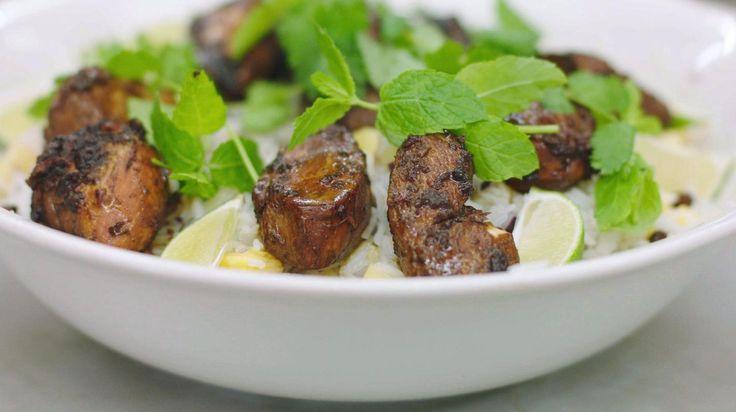 Kip heeft veel vrienden in de keuken. Iedereen lust de magere filets en ze zijn op ontelbaar veel manieren te combineren tot een heerlijk gerecht. Een beetje Mexico, wat Noord-Afrika en beetje Caraïben… en dan krijg je een zonnige rijstsalade met bonen en ananas en stukjes gebakken gemarineerde kip.