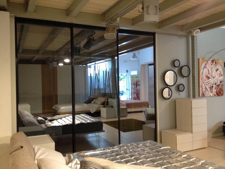 #cabina #armadio porte #scorrevoli con pannello #vetro #temperato stop sol e profili in alluminio laccati #Ral7024 specchi con appendiabito configurazione a 5 elementi portaabiti Tot a parete in #rovere #tinto #wenge'