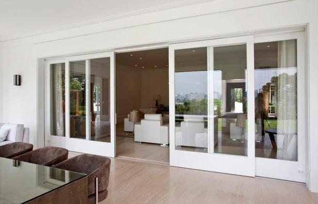 Porta de Correr em Vidro e Esquadria de Madeira Branca - Mado Janelas & Portas
