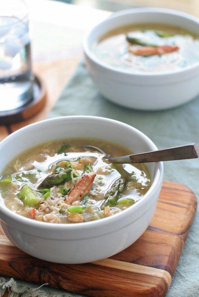 Soupe vietnamienne crabe et asperge. Faire revenir 1 échalote et un peu d'ail, puis ajouter les pointes d'asperges, en boite ou fraiches, cuire, ajouter du bouillon de volaille, et un peu de Maïzena pour épaissir. Assaisonner avec du nuoc mam, et ajouter un oeuf battu en omelette, en mélangeant au bouillon. Ajouter la chair de crabe, amener à ébullition et servir avec quelques pousses d'oignon vert ciselées. Pas mal !