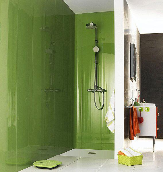 En PVC brillant, ces lambris coloris granny se posent partout, y compris dans la douche. Ils sont même cintrables pour créer des angles arrondis. Lambris PVC Grofillex. Castorama.
