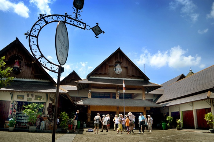 Gathering point. Located within one region with the Ngarsopuro night market and the Mangkunegaran palace, the Triwindu market has become a bustling tourist center. Photo by Stefanus Ajie.