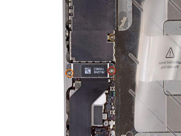 1. Fjern følgende skruer som fester dock-kontaktens kabeldeksel til hovedkortet: En 1.5 mm Phillips-skrue En 1.2 mm Phillips-skrue