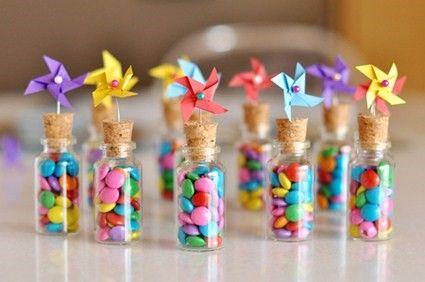 Botellitas con dulces.