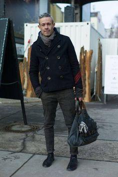 ネイビーPコートをグレーのタイトなスラックスに合わせたメンズ着こなし