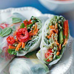 Wegańskie spring rolls z awokado, warzywami, rukolą i makaronem | Kwestia Smaku