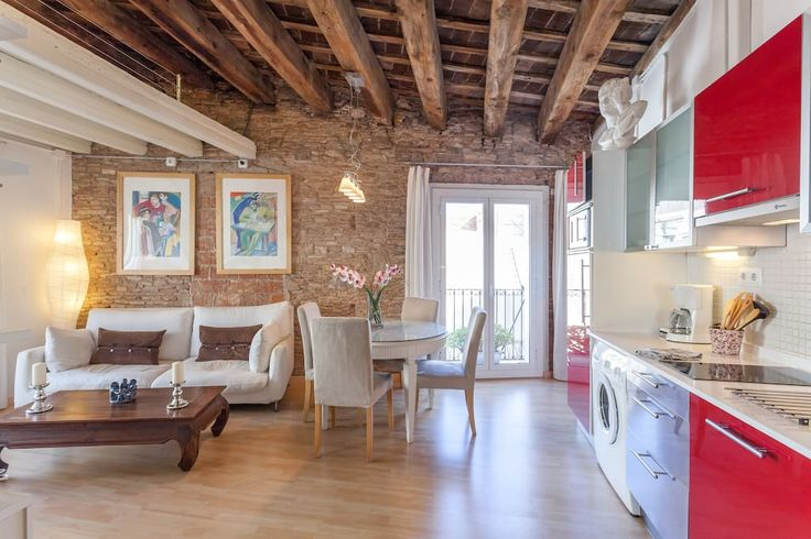 in Barcelona, ES. Airbnb Rating: *****  Wonderful apartment of 40 square meters,  special atmosphere in the heart of the Old Town,  central location, in the upper part of the Barrio del Borne. Furnished and renovated with great charm for lovers of romantic ambients.