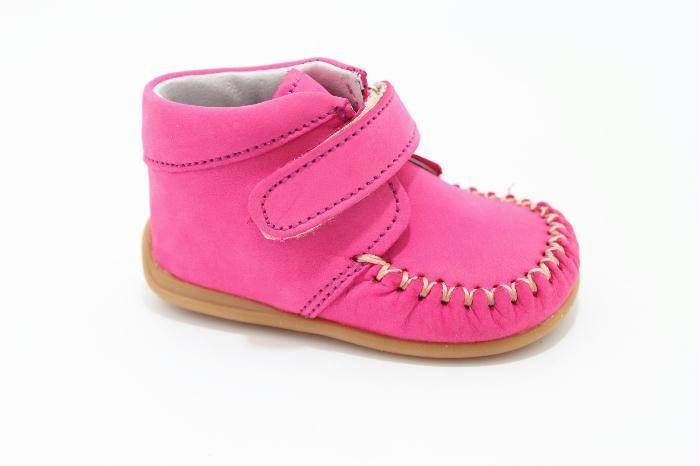 Half hoog klittenband schoen van het merk Bardossa, Fuxia nabuk met een flexzooltje voor het eerste lopen.