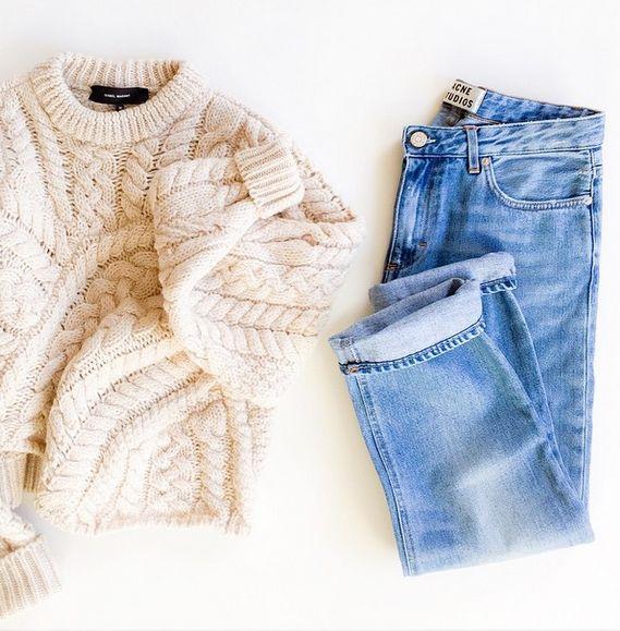 un pull crème et un jean clair