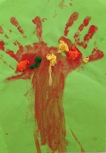 Handenboom. Knutselen in het thema 'Herfst'. Benodigd: Papier, Crêpe papier, verf. Knutselen met kinderen, knutseltips, knutselidee, www.kinderknutseltips.nl