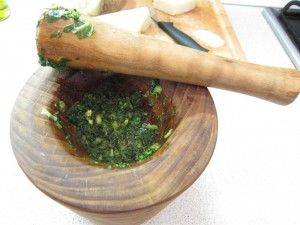 Pesto készítése: Bazsalikom és fokhagyma aprítás után