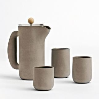 Mette Møjbæk Duedahl med betonglignende keramikk. Kommer hos Bodum.