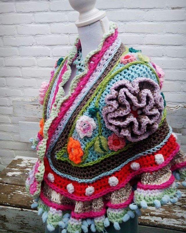 Dit was één van mijn eerste stola's. Ongeveer 3 jaar gelden ontwierp ik de eerste bloemenstola, omdat ik zo van ronde vormen houd.. Ik had nooit kunnen bedenken dat ze jaren later door heel veel mensen over de hele wereld gemaakt zouden worden, zelfs in China ontdekte ik vandaag....... #fijnedag #crochetday #uncinetto #adindasworld #crochetdesign #flowerpower #flowers #lovecolor #crochetshawl #gehaakteomslagdoek